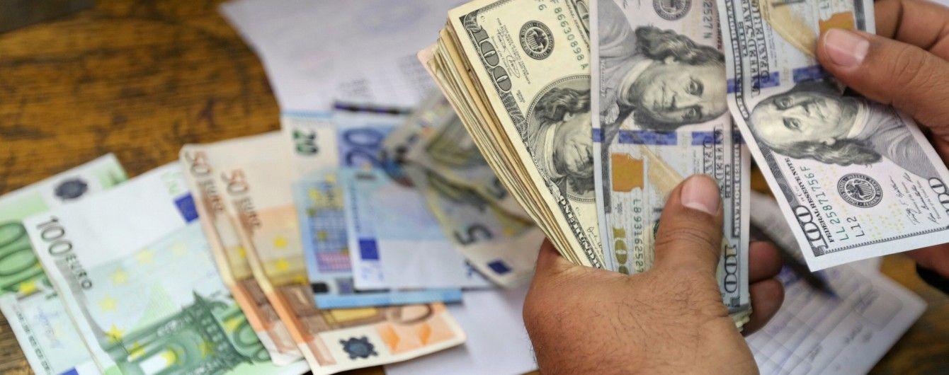 Вартість долара і євро поповзла вгору в курсах Нацбанку на середу. Інфографіка