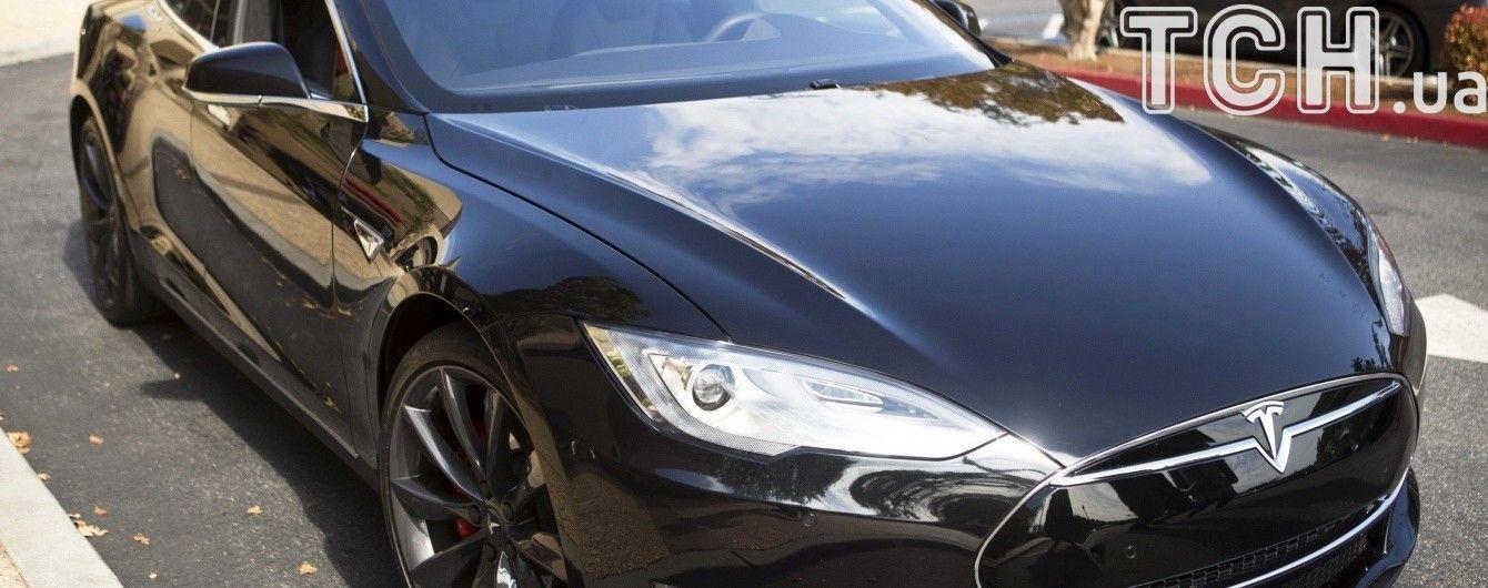 У Києві працівниця ЖЕКу задекларувала суперкар Tesla і чверть мільйона гривень
