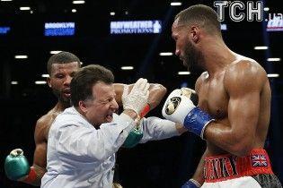 Залетело слева. Боксер-чемпион ударил рефери во время боя и выбил зубы сопернику