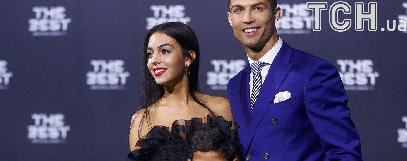 Роналду показав фото своєї дівчини з округлим животиком