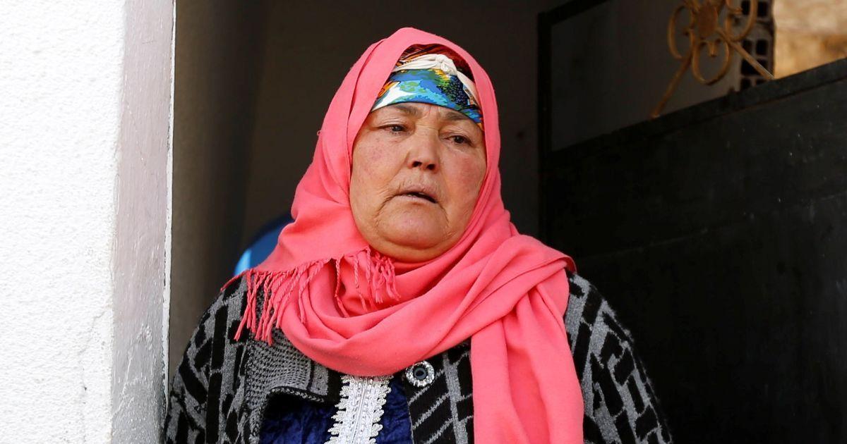 Мати підозрюваного у нападі плаче біля свого будинку у Тунісі.