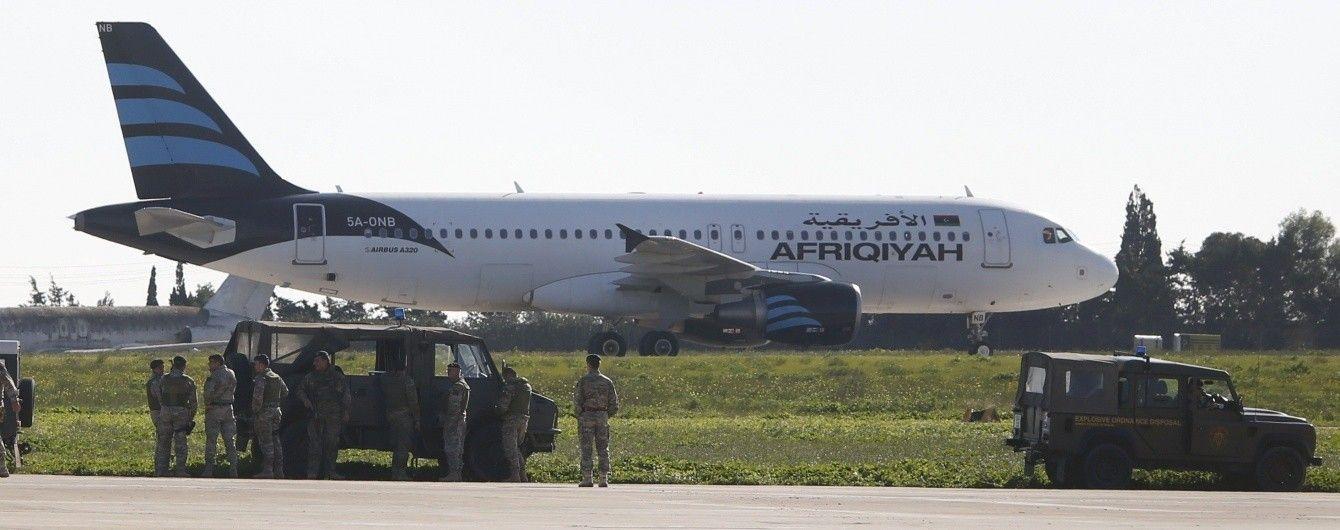 Невідомі захопили літак, який приземлився на Мальті. Дивіться наживо