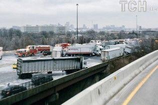 В США падение автоцистерны с моста спровоцировало масштабную аварию