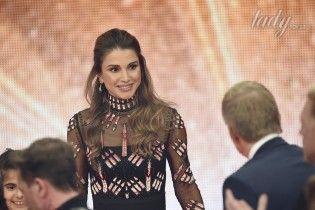 46-летняя королева Иордании появилась на благотворительном телемарафоне в изысканном платье