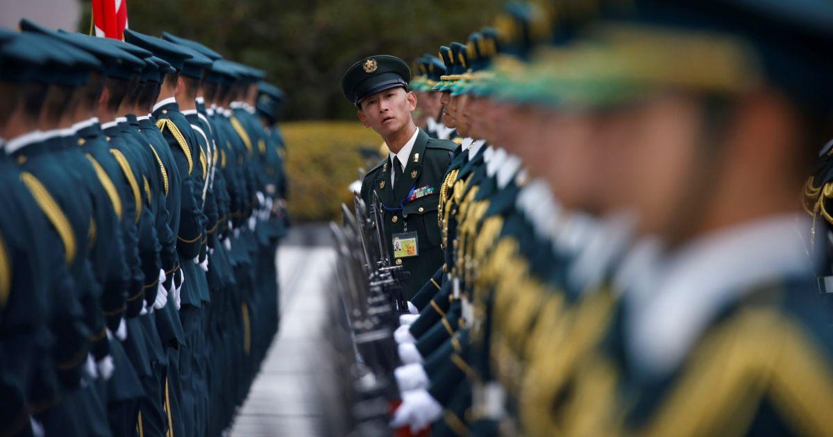 Члени почесної варти Сил самооборони Японії готуються до церемонії зустрічі міністра оборони США Еша Картера у Міністерстві оборони Японії в Токіо. @ Reuters