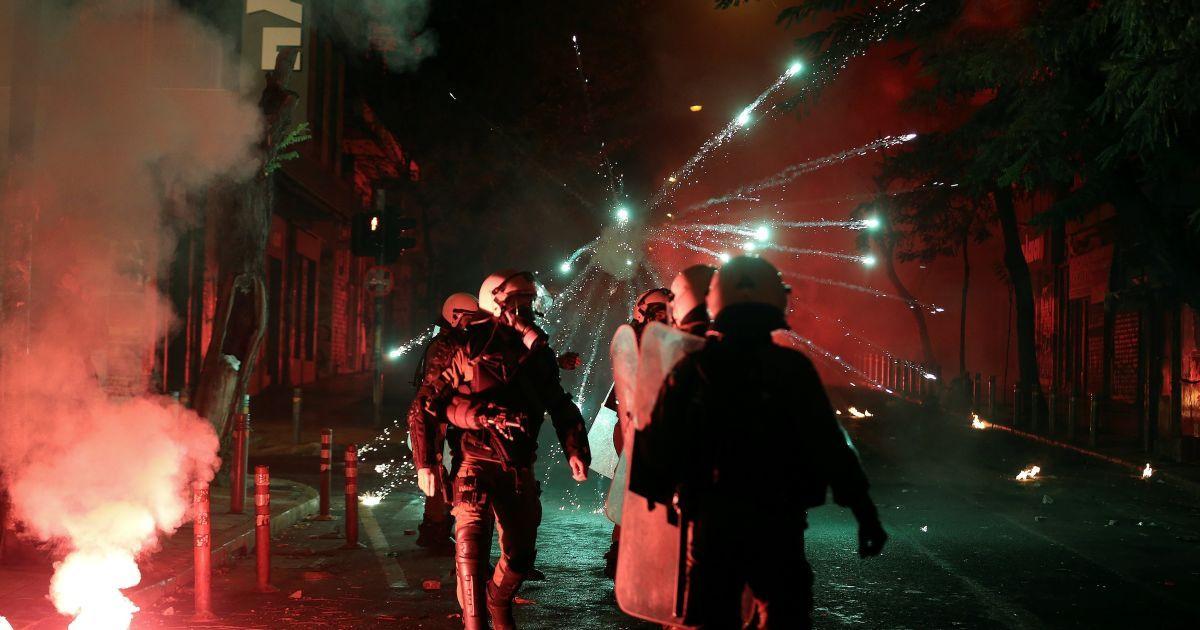 Феєрверки вибухають поруч з бійцями спецпризначення під час зіткнень після проведення акції на честь загиблого у 2008 році 15-річного студента Александроса Грігоропулоса, в Афінах, Греція. @ Reuters