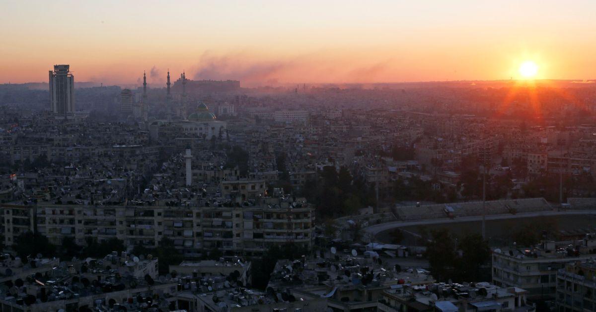 Сонце сходить над утримуваною повстанцями частиною Алеппо у Сирії. @ Reuters
