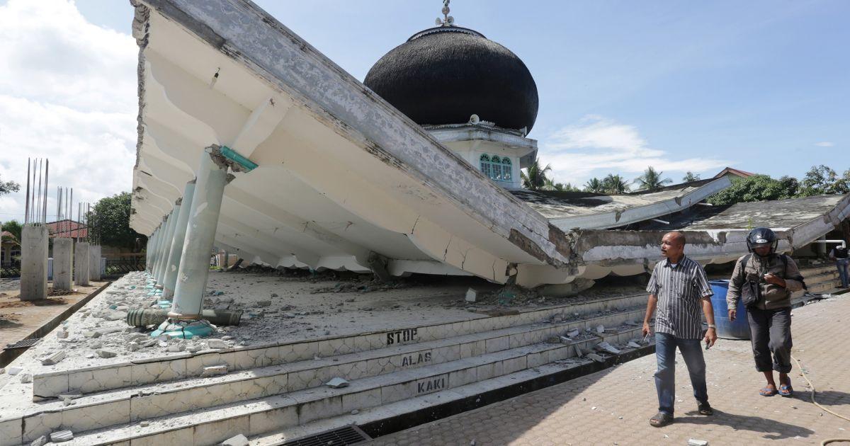 Люди ходять поруч із мечеттю, яка завалилася внаслідок землетрусу у провінції Ачех, Індонезія. @ Reuters