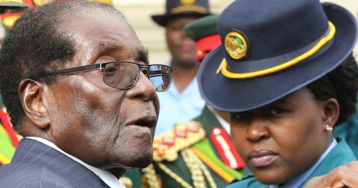 Президент Зімбабве Роберт Мугабе залишає будівлю парламенту після звернення до народу. @ Reuters