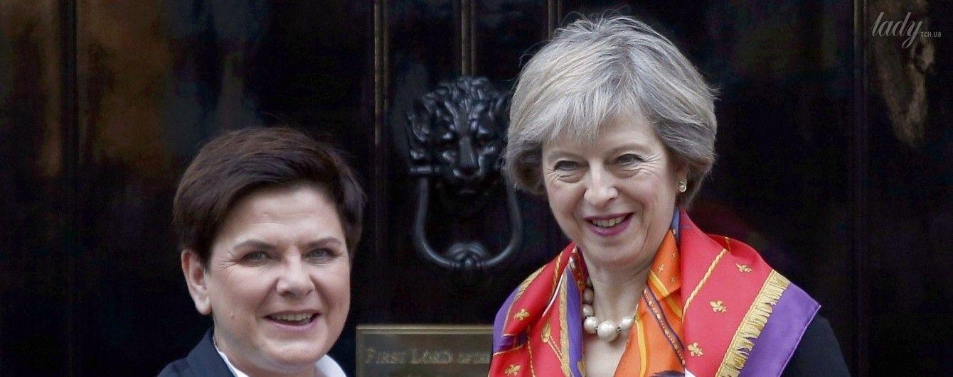 Решила выделиться: Тереза Мэй подчеркнула образ ярким платком и экстравагантным браслетом