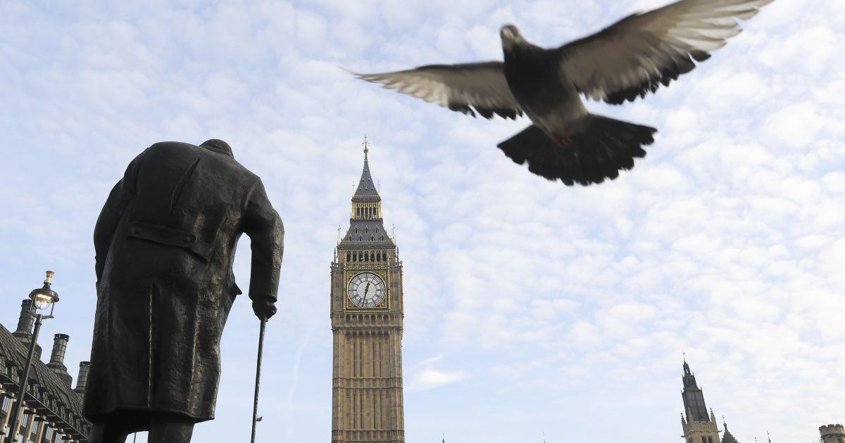Голуб летить над Парламентською площею повз статую Уїнстона Черчилля біля будівлі Верховного суду, де відбулося перше засідання у справі про Брексіт. Уряд Терези Мей у судовому порядку вимагає від парламенту схвалення початку процесу виходу з Європейського Союзу. @ Reuters