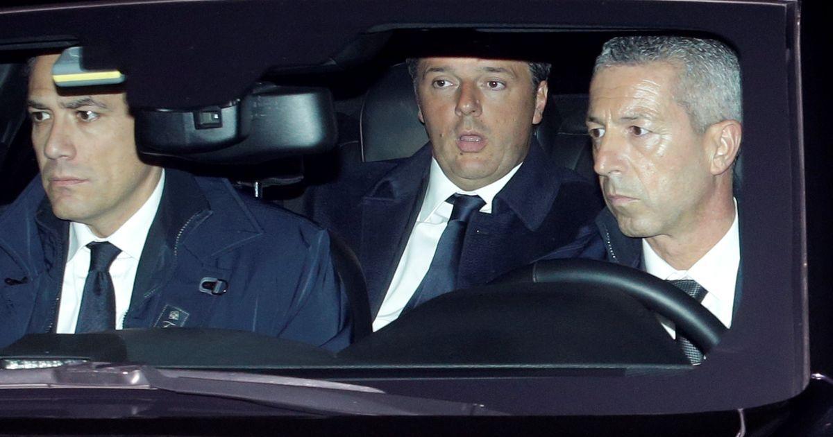 Прем'єр-міністр Італії Ренці прибуває до президентського палацу поговорити з президентом Маттарелла в Римі, Італія. Маттарелла попрохав Ренці відкласти свою відставку, про яку той заявив після провалу його конституційної реформи на референдумі. @ Reuters