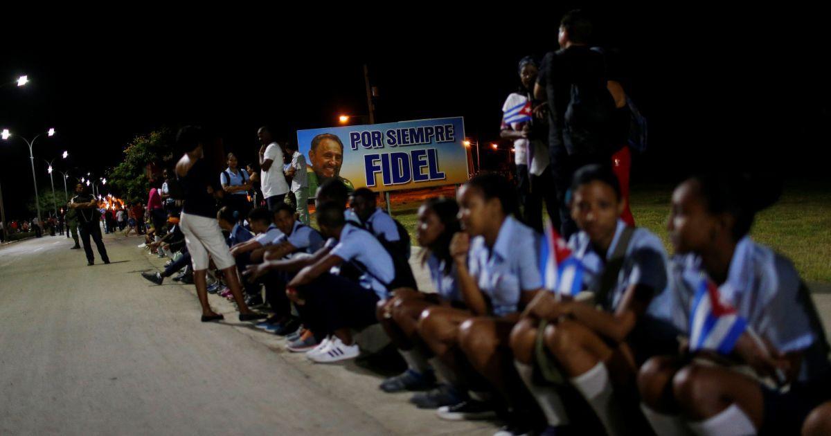 """Попіл Кастро до кладовища везли автомобілем у кедровій урні. Люди скандували """"Віва, Фідель!"""" @ Reuters"""