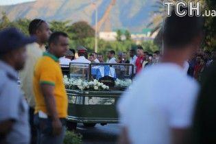 """После недели """"траурных путешествий"""" Кубой прах Фиделя Кастро наконец захоронили"""