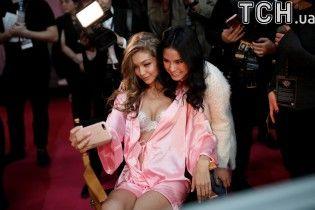 Красавицы в розовых халатах: Дженнер, Хадид и другие модели на бэкстейдже шоу Victoria's Secret