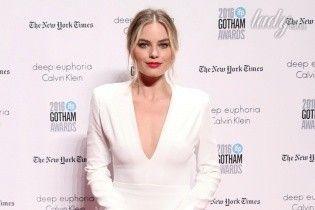 С красной помадой и в белом платье: Марго Робби на церемонии Gotham Awards-2016
