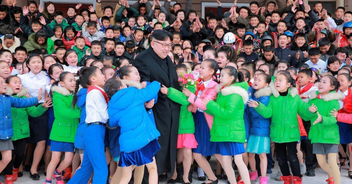 Северокорейский лидер Ким Чен Ын занимает детей во время своего визита в округ Самджийон. @ Reuters