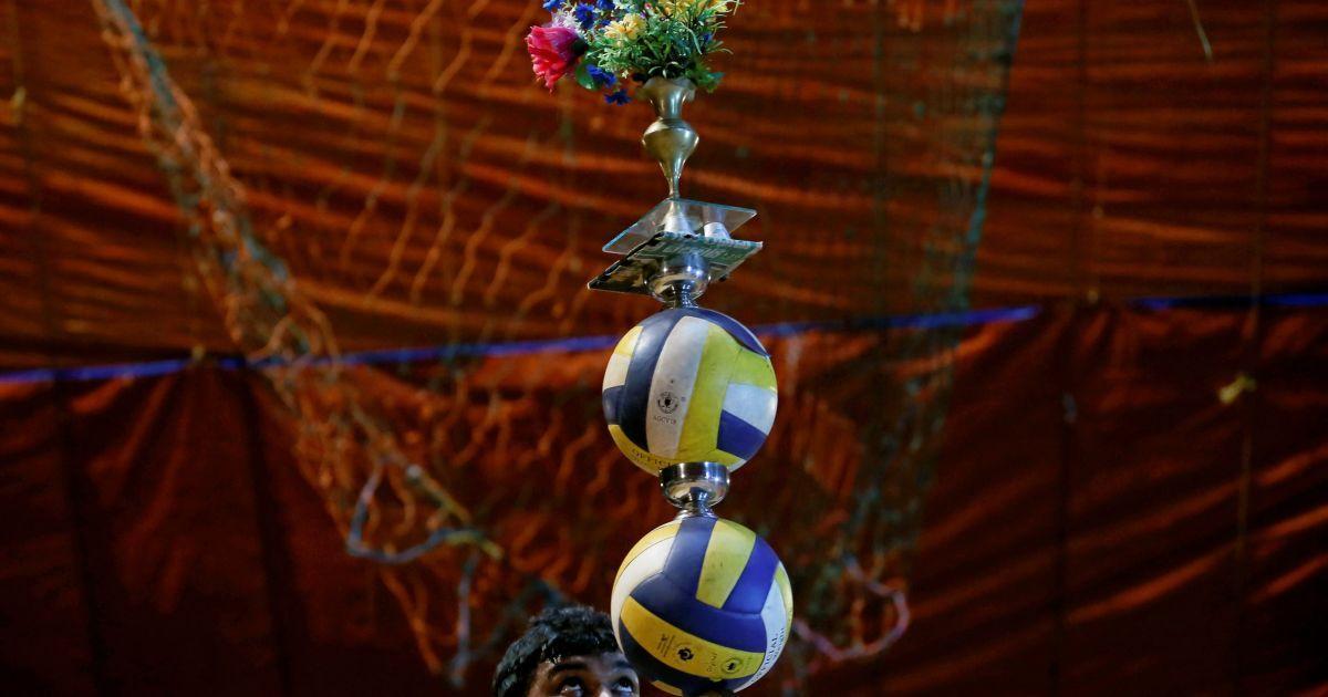 Артист цирка команда выступает во второй день недельного шоу в городе Падукка, от столицы Шри-Ланки Коломбо. @ Reuters