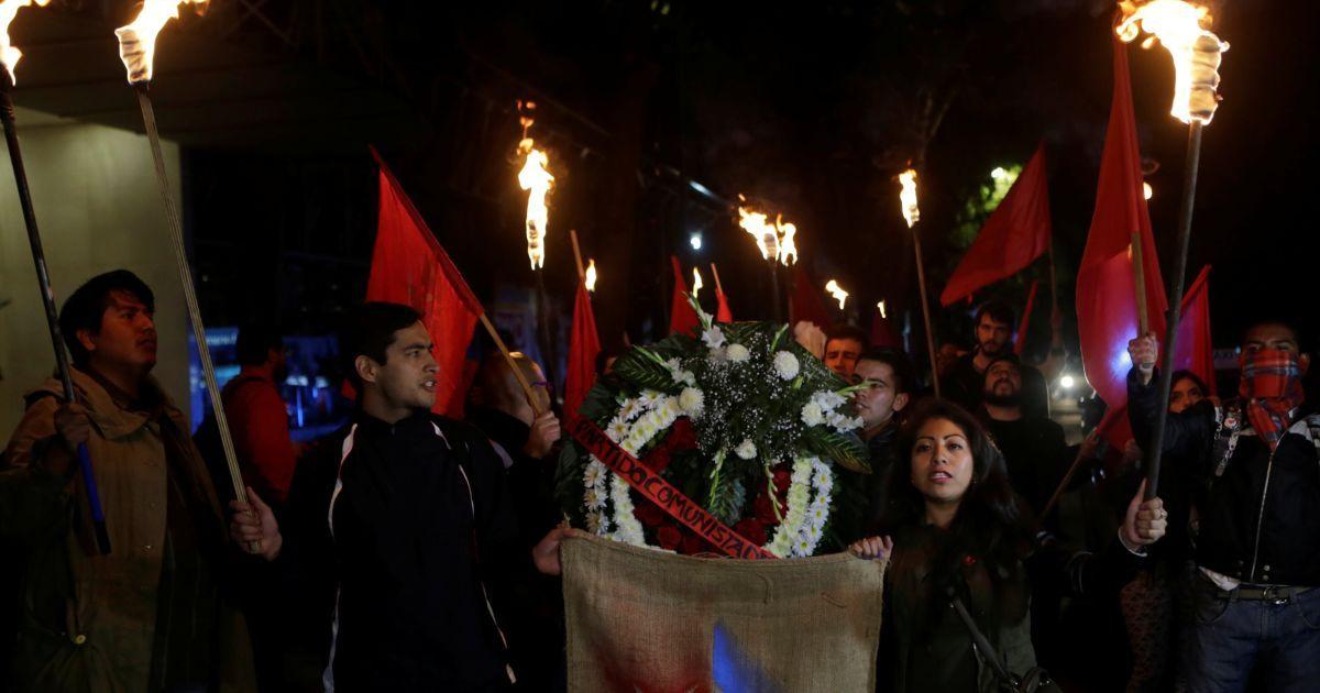 В Мексике члены Коммунистической партии несут по улицам флаги и цветы @ Reuters