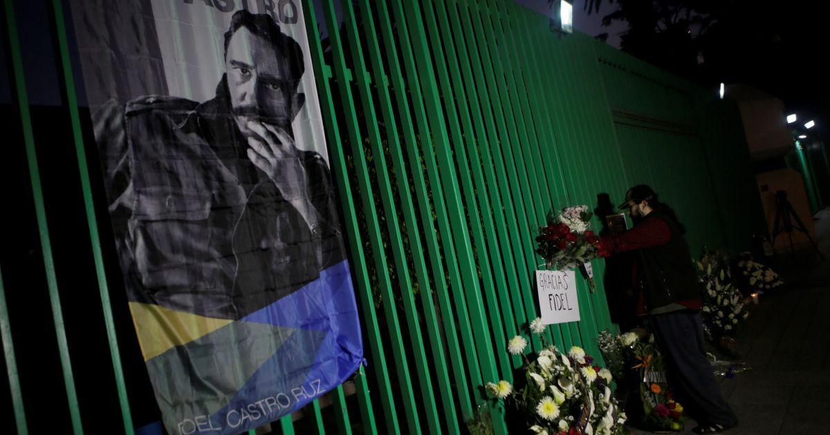 В Мексике оставляют цветы у посольства Кубы @ Reuters