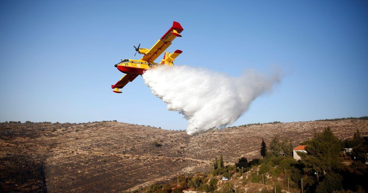 Іноземний пожежний літак гасить вогонь лісових пожеж навколо селища Натаф, недалеко від Єрусалима. @ Reuters