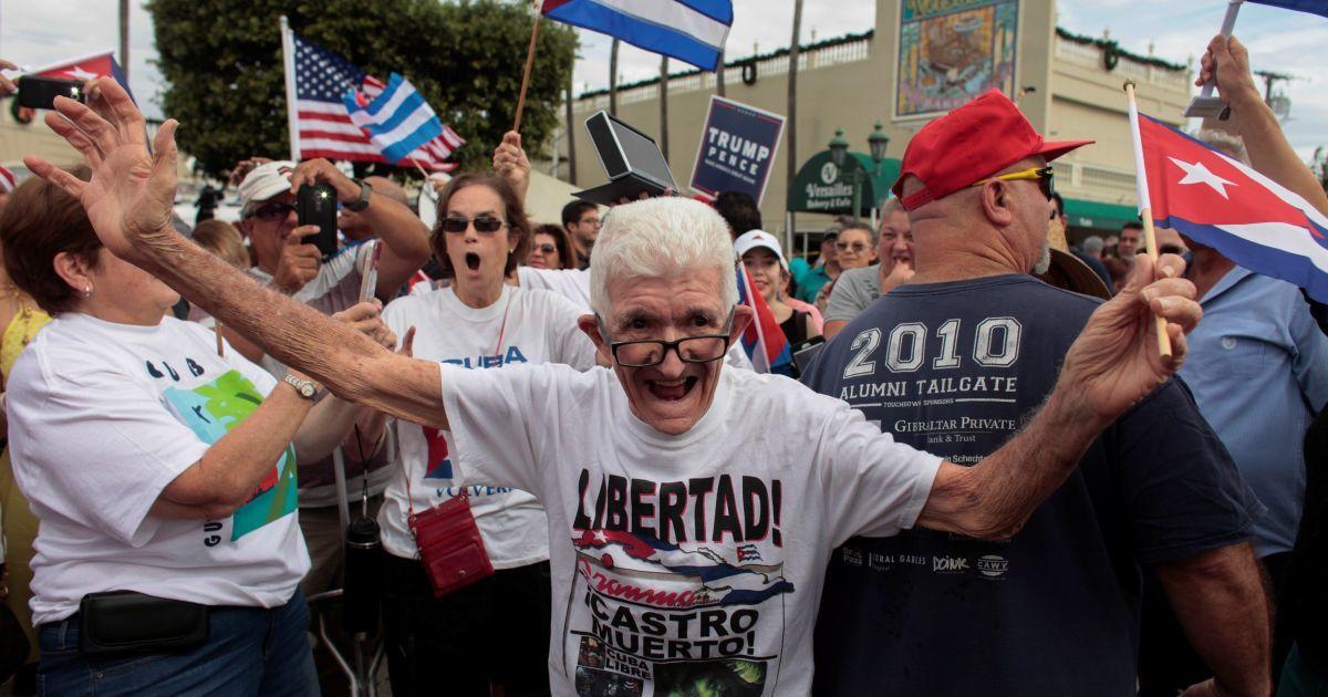 Люди святкують звістку про смерть лідера кубинської революції Фіделя Кастро в районі Маленька Гавана у місті Майамі, штат Флорида, США. @ Reuters
