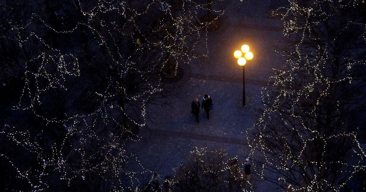 Люди йдуть під деревами, прикрашеними різдвяними вогнями, під час відкриття традиційного різдвяного ринку на Староміській площі у Празі, Чеська Республіка. @ Reuters