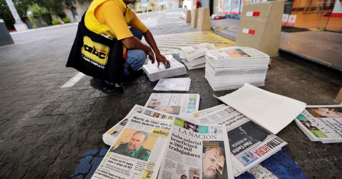 Жители Парагвая читают о печальной вести в местных газетах @ Reuters