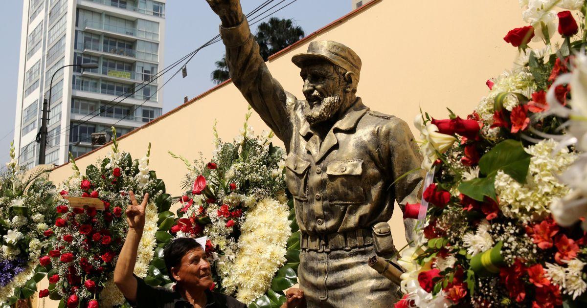Цветы возле памятника Кастро в Перу @ Reuters