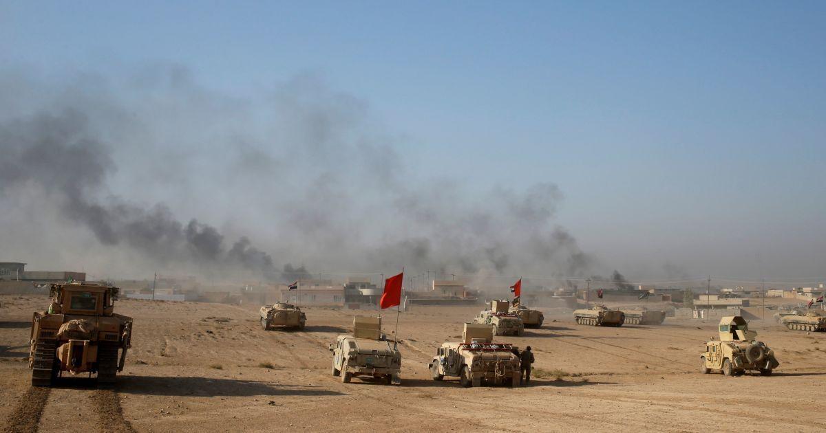 """Дым поднимается над селом Аль-Касар во время боевых действий между иракскими солдатами и боевиками """"Исламского государства"""" около города Мосул, Ирак. @ Reuters"""