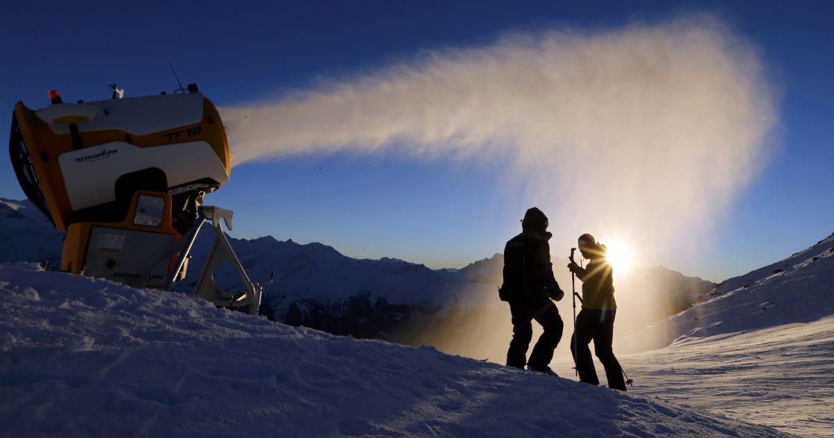 Машина по производству искусственного снега работает на горнолыжном курорте Вербье, Швейцария. @ Reuters