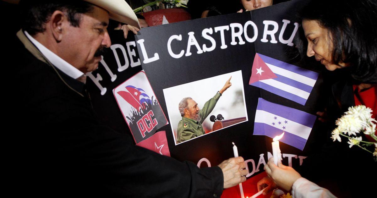 Экс-президент Гондураса Мануэль Зелая ставит свечу @ Reuters