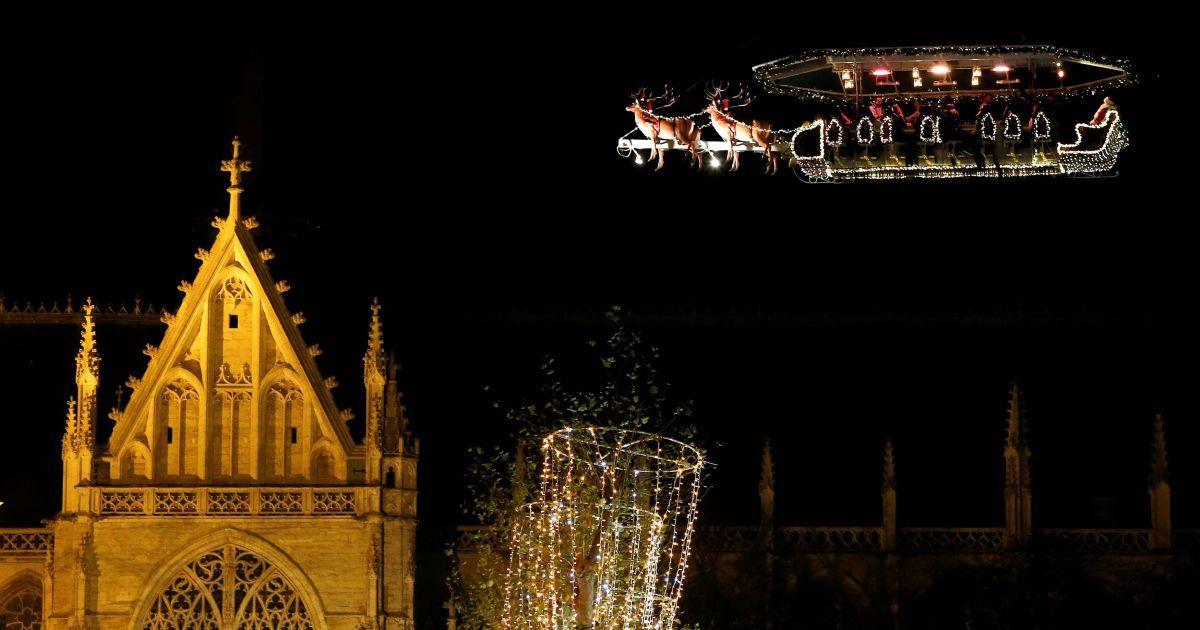"""Люди вечеряють у підвісному ресторані """"Санта в небі"""", який піднімається у повітря краном. Це одна із різдвяних розваг у Брюсселі, Бельгія. @ Reuters"""