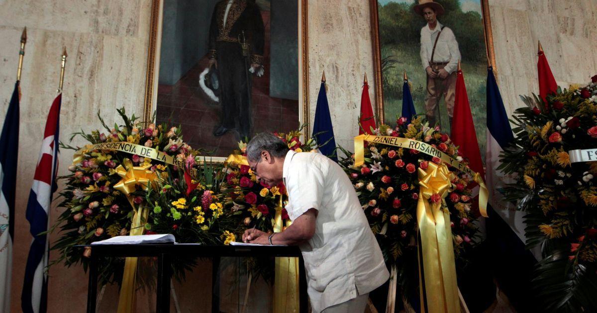 """В Никарагуа в Национальном театре мужчина оставляет подпись в """"книге соболезнований"""" @ Reuters"""