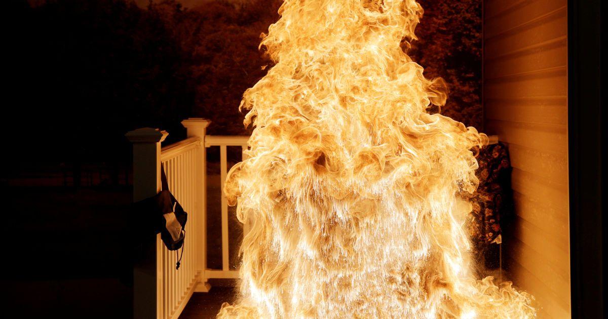 Заморожену індичку опускають в гарячу фритюрницю і створюється велика вогненна куля. Таким чином члени комісії з пожежної безпеки демонструють правила безпеки під час майбутнього святкування Дня подяки у Роквіллі, штаті Меріленд. @ Reuters