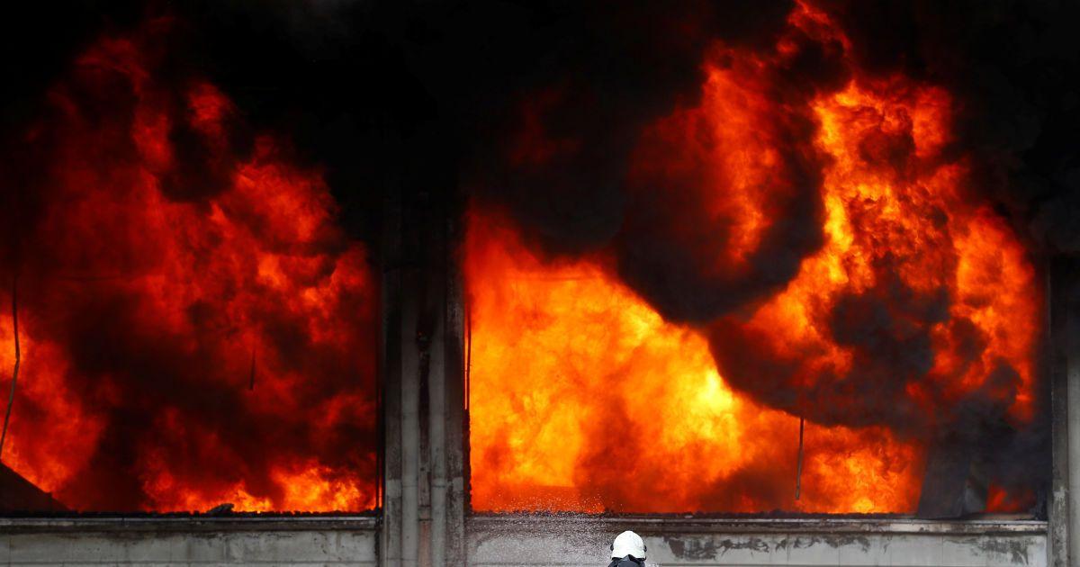 Пожежний намагається загасити вогонь на пластиковій фабриці в Стамбулі, Туреччина. @ Reuters