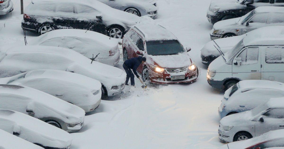 Киев накрыл снегопад. Город остановился в пробках