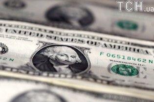 После стремительного падения гривна начала укрепляться на валютном рынке