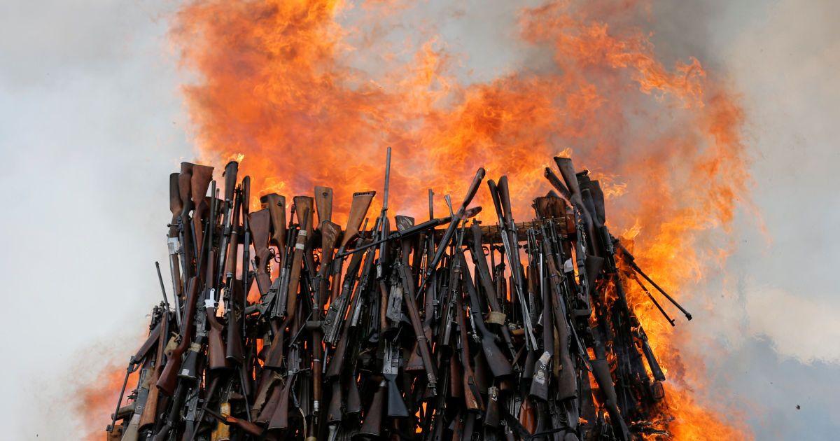 5250 одиниць нелегальної вогнепальної зброї, вилученої під час різних операцій, горять у горах недалеко від столиці Кенії Найробі. @ Reuters