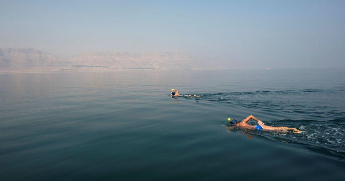 Екологічні активісти беруть участь у запливі у Мертвому морі, щоб привернути увагу до екологічних загроз, з якими стикається це море. @ Reuters