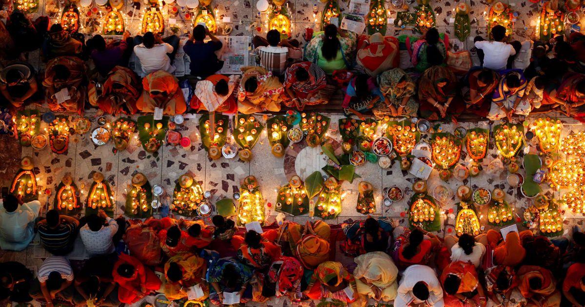 Індуїстські віруючі сидять разом на підлозі храму в Дацці, Бангладеш. @ Reuters