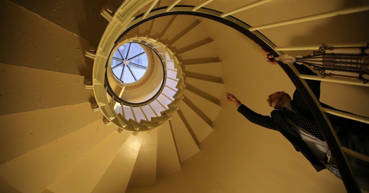 Менеджер з будівництва Шейн Галахер проводить екскурсію для журналістів по перебудованому куполу Капітолію США. @ Reuters