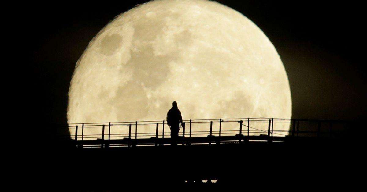 Людина йде на верхньому прольоті Sydney Harbour Bridge, у той час як Супермісяць вступає в завершальну фазу в Сіднеї, Австралія. @ Reuters