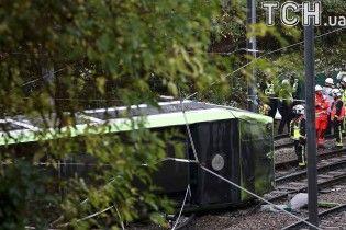 Сошел с рельсов и перевернулся. В Британии в трамвае застряли люди, 5 погибших
