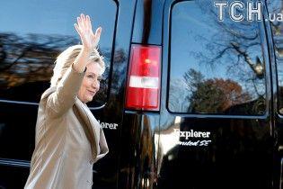 Улыбающаяся Клинтон с мужем проголосовала на выборах президента США