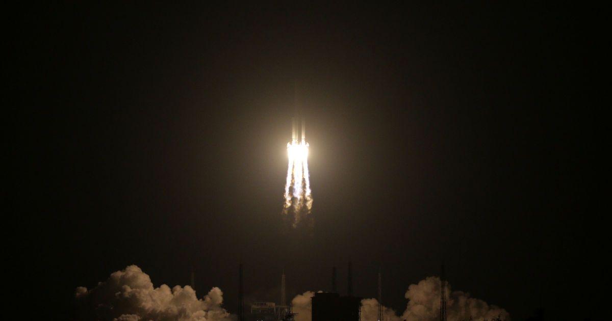 Ракета-носитель Long March 5 запускается из космического центра в городе Вэньчан провинции Хайнань, Китай. @ Reuters