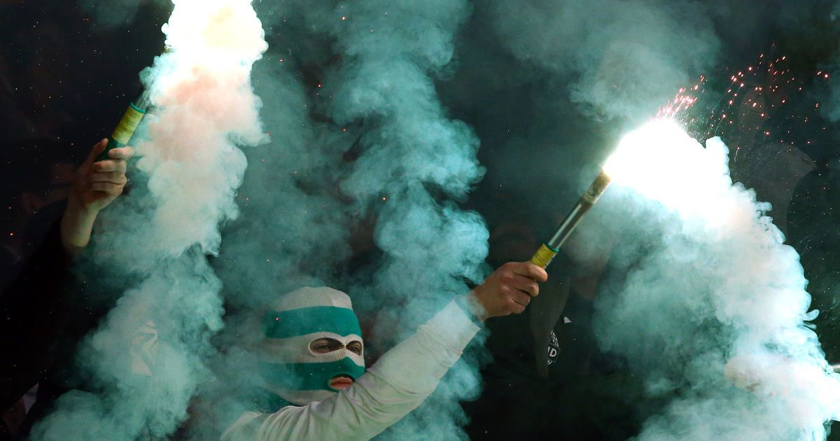 """Фанаты австрийского клуба """"Рапид"""" зажигают файеры во время матча своей команды против итальянского """"Сассуоло"""" в рамках Лиги Европы. Игра завершилась со счетом 2:2. @ Reuters"""