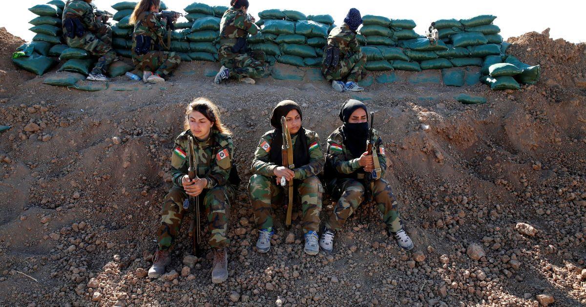 """Иранско-курдские военные-женщины держат свое оружие во время боя с боевиками """"Исламского государства"""" недалеко от Мосула, Ирак. @ Reuters"""