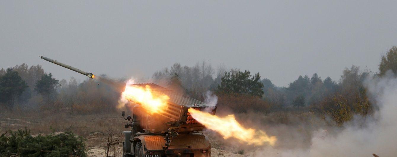 """На Донбасі бойовики гатили з """"Градів"""" і мінометів, загинули двоє військових і п'ятеро найманців"""