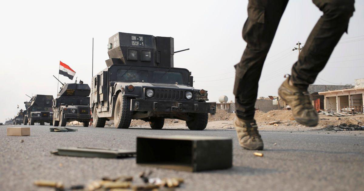 Бійці іракського спецпризначення на бронетехніці їдуть по дорозі біля Мосула, Ірак. @ Reuters